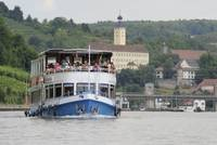 Schiff vor Schloss Horneck